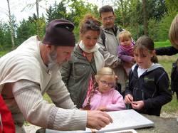 Limes Cicerones zeigt einer Familie die römische Mathematik